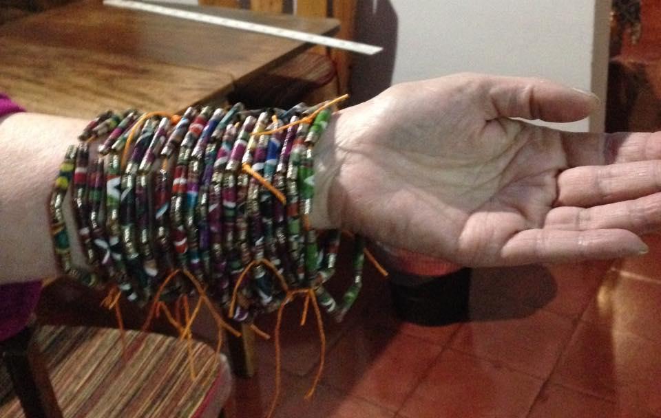 The Kraft paper necklaces - Los collares de papel Kraft.