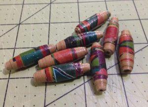 Handmade paper beads - Cuentas de collar hechas a mano