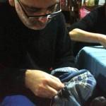 Carlos Tapia cosiéndose sus pantalones.